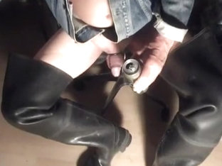 nlboots - pissing in beer can in rubber bata waders