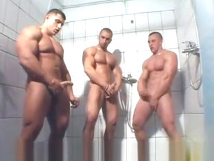 3 MUSCLE SOLO IN SHOWER