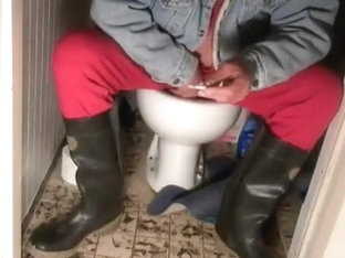 nlboots - s(h)itting on the toilet in rubber boots