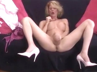 Delicious Delia DeLion strokes it