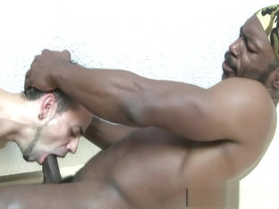 Gorgeous Black Bodybuilder Digging-out a Sexy Spaniard