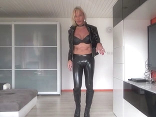 cameltoe in latex legging