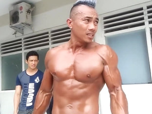 HANDSOME BODYBUILDER DADDY SHOWING HIS MUSCLE